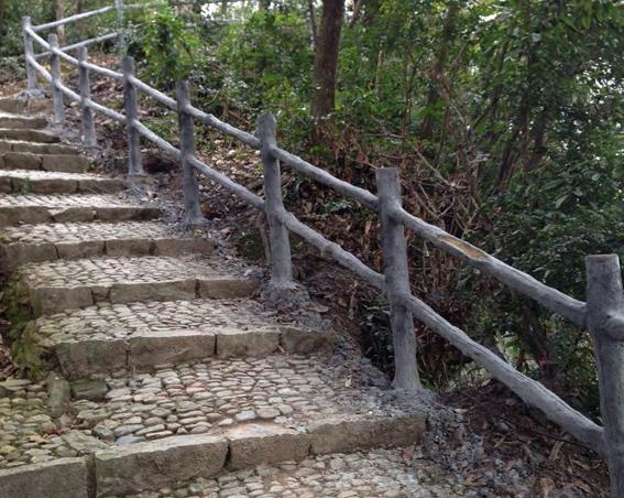 仿木栏杆的底部将种植爬藤植物