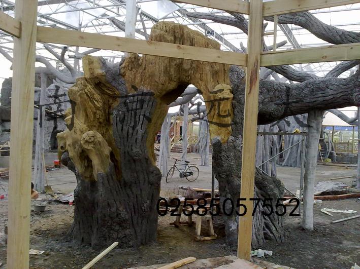 仿真花树树体雕刻现场
