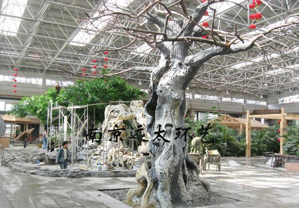 水泥假树内部采用钢结构焊接制作,外部水泥造型塑造,上色加装配树叶,在使用的过程中,会出现水泥层开裂、颜色脱落以及树叶凋落等问题,将影响假树的整体观赏性和使用寿命。南京远太环艺工艺部根据本公司多年的水泥假树制作经验及后期维护经验,总结出几点影响水泥假树使用寿命的因数及解决方案。   一、钢结构骨架的牢固性。假树表面的水泥层开裂主要是由钢结构松动引起的,焊接不到位会引起整体结构的松动,导致骨架侧移;钢骨架的腐绣会破坏结构稳定性,导致整体结构的不稳定。建议室外假树内部钢骨架采用热镀锌结构,大型假树预留检修